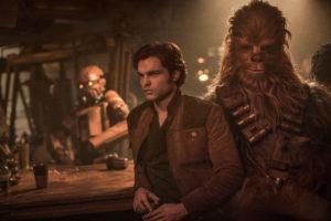 Alden Ehrenreich ist Han Solo und Joonas Suotamo spielt Chewbacca.